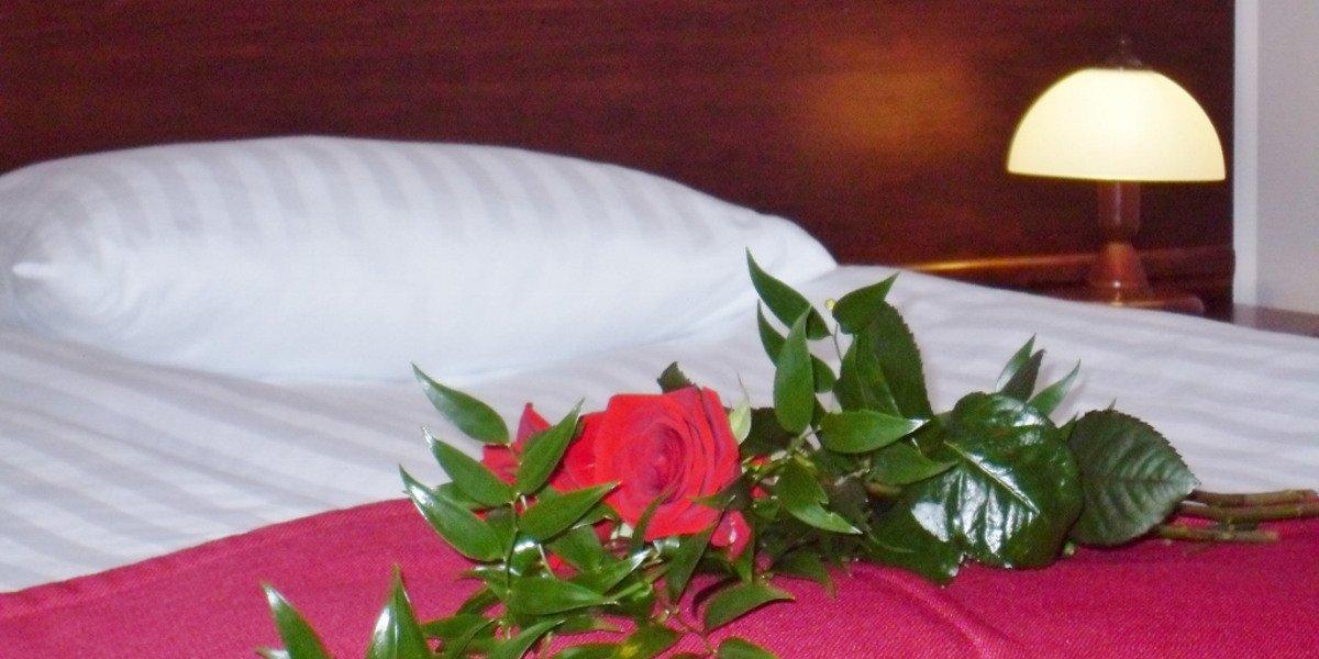 Pościelone łóżko